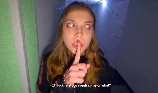 Девушка с большими глазами делает русский домашний минет и к...