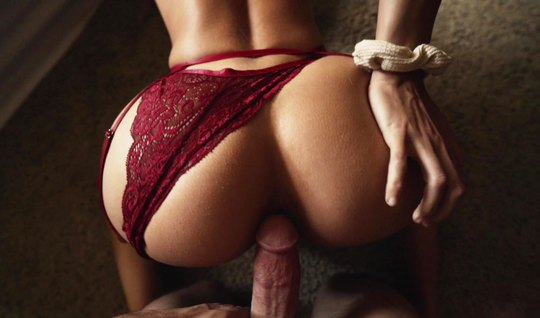 Красотка с большой жопой раздвигает свои ножки для домашнего...