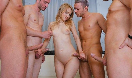 Русская молодая и худая девица кончает во время оргии с двой...
