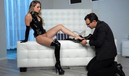 Девушка в латексе доминирует над рабом и получает удовольств...