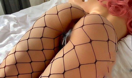 Девушка в чулках не против съемки домашнего порно на кровати...