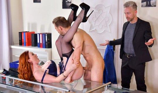 Рыжая девушка в офисе задирает ноги в чулках для группового секса
