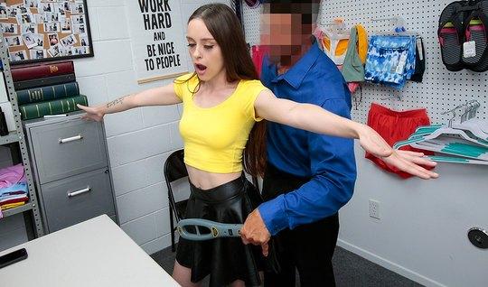 Брюнетка в офисе охранника подставляет киску для любви и сек...