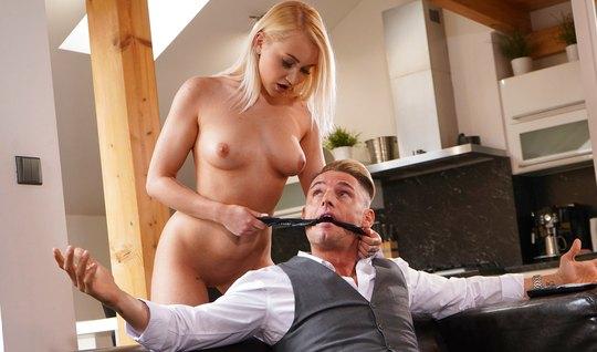 Блондинка с упругими сиськами доминирует над мужчиной и трах...