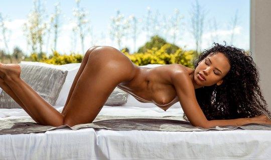 Мулатка после отсоса задирает ноги для реального секса с бел...
