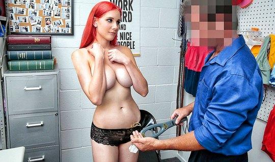 Охранник в офисе натирает пилотку рыжей сисястой покупательн...