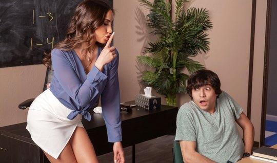 Мамка-училка в кабинете трахается со студентом, пока остальн...