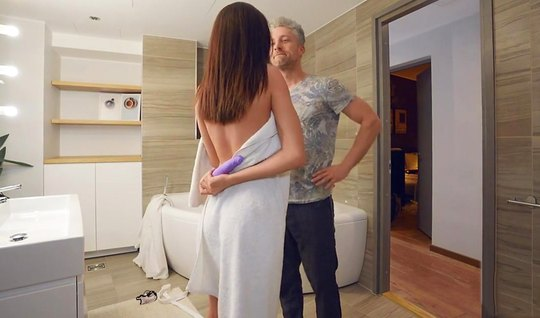 Седой бизнесмен трахается с премиум брюнеткой в ванне и слив...
