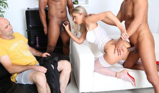 Толпа негров довела до сквирта изменяющую блондинку в красивых чулочках