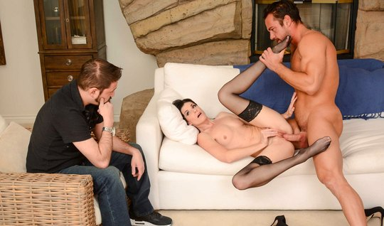 Жена изменяет мужу в чулках с мускулистым коллегой и кончает...