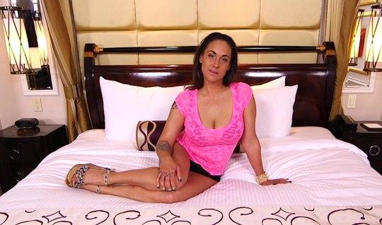 Зрелая дама с татуировкой проводит секс-кастинг в постели с ...