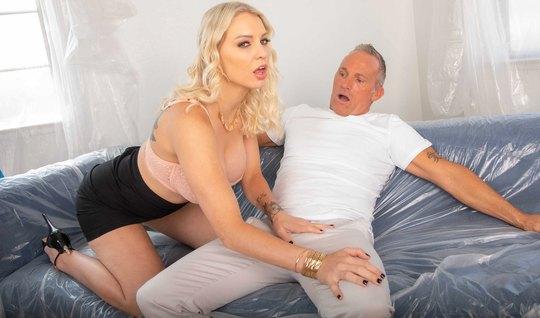 Милфа-блондинка отсасывает седому мужику на тайном свидании ...