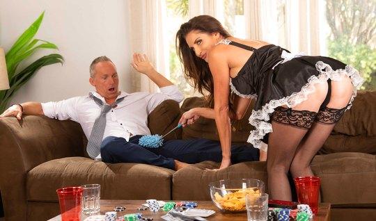 Домохозяйка в чулках соблазняет зрелого хозяина красивой поп...