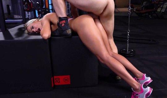 Боксер в раздевалке трахает в анал привлекательную блондинку...