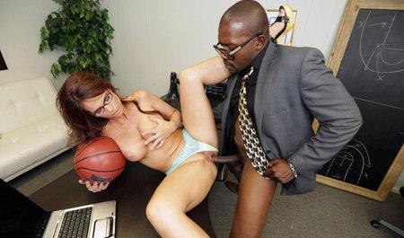 Групповой секс матюрки с парочкой негров...