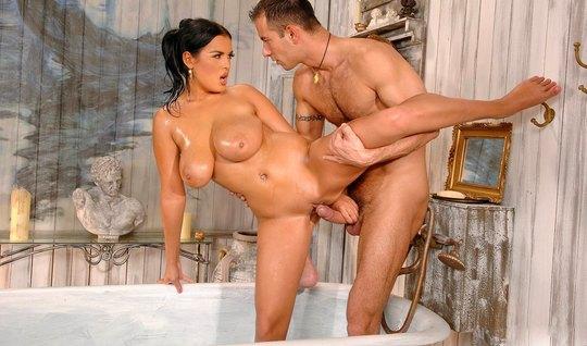 Солдат мнет милфе большие сиськи в ванной и жестко загоняет ...