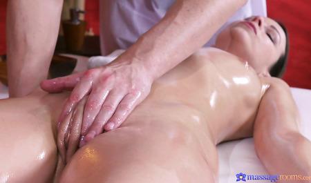 Красивая милфа получает оргазмы во время секса с массажистом...