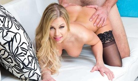 Красивая блондинка моется под душем и трахается после него