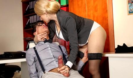 Молодой парень два часа занимается сексом на работе с блонди...