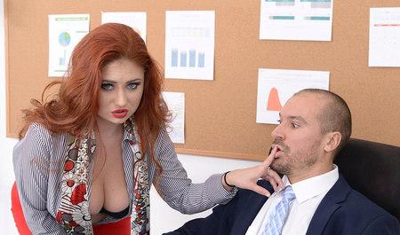 Рыжая дама мастурбирует и занимается сексом с коллегой в офи...