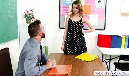 Моложавый профессор имеет первокурсницу на рабочем столе в к...