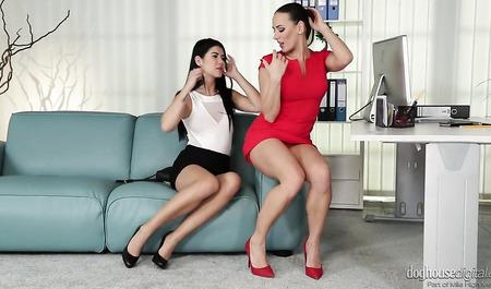 Чикса в красном платье успокаивает расстроенную подругу лесб...