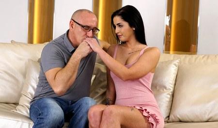 Зрелый мужик возбуждает молодую жену на секс до полуночи...
