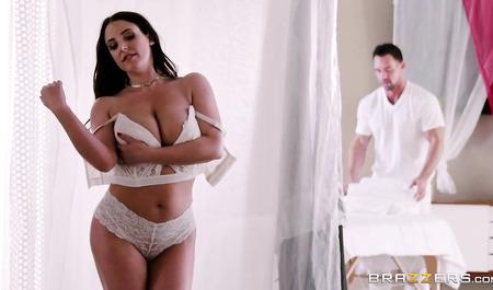Грудастая Angela White на приеме у массажиста...