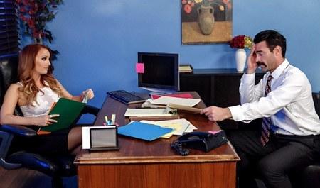 Мужик жестко дерет рыжую биснес-вумен в офисе...