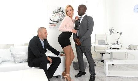 Длинноногая бизнес-вумен получает межрасовый секс от деловых...