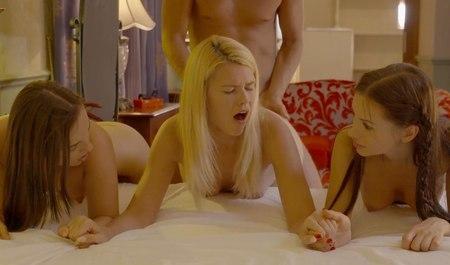Групповой секс трех подружек с приятелем