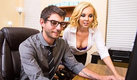 Блондинка занимается сексом с парнем в офисе...