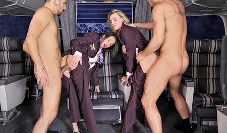 Две горячие стюардессы замутили групповуху с нахальными пасс...