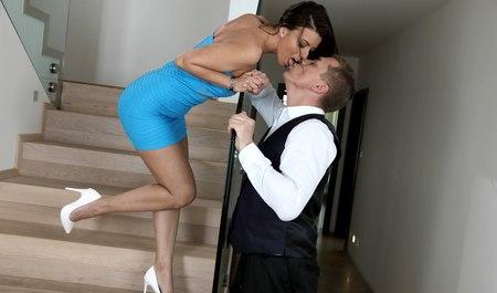 Милфа с красивыми дойками трахается с сотрудником офиса...