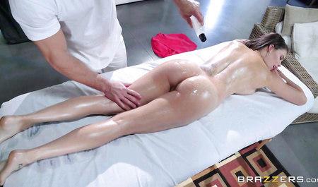 Массажист Джонни дрючит красотку Пету во время сеанса массаж...