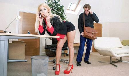 Почтальон жестко порет бизнес-вумен в ее кабинете...