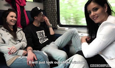Пара свингеров занимается групповым сексом в поезде...