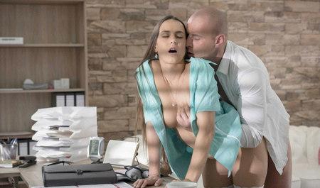 Симпатичная медсестра трахается с клиентом во все дырки...