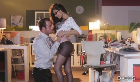 Молодой шеф занимается сексом с очаровательной секретаршей у...