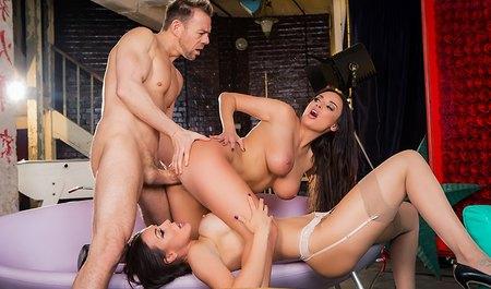 Мужик снимается на эротическом шоу в групповухе с двумя няшк...