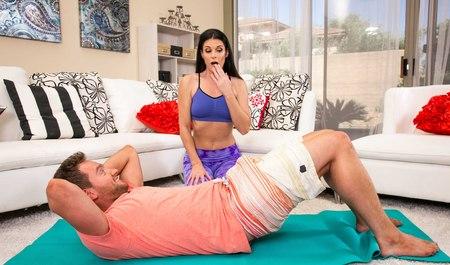 Милфа соснула конец молодого человека по ходу секса в фитнес...