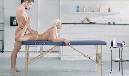 Трахает во все дырки статную блондинку на сеансе массажа...
