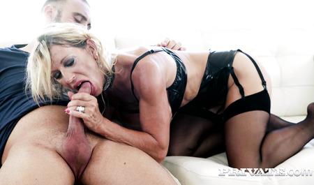 Матюрка-эксгибицинистка занимается сексом с мужем при постор...