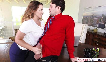 Мужик трахает симпатичную Наташу большим членом на рабочем с...