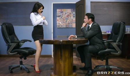 Шеф жестко дрючит очаровательную Валентину Наппи в офисе...