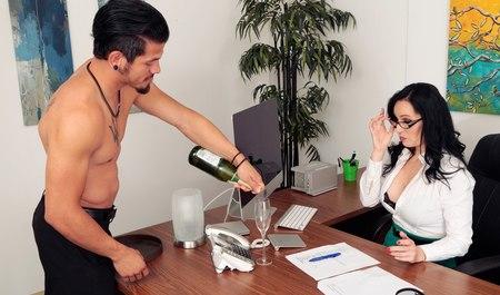 Очкастая брюнетка похмеляется и сношается с товарищем в офисе раком на столе