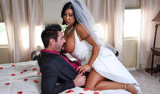Бородатый друг трахает грудастую невесту-брюнетку перед свад...
