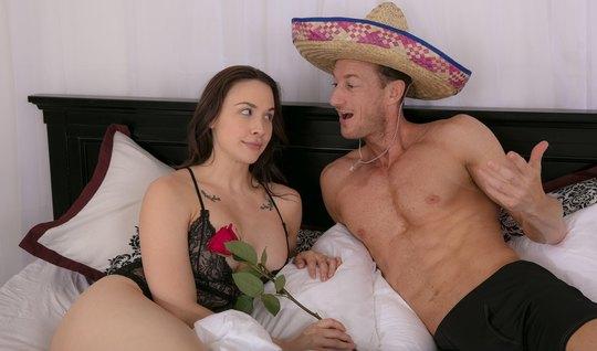 Парень соблазняет зрелую соседку на горячий секс с помощью ц...