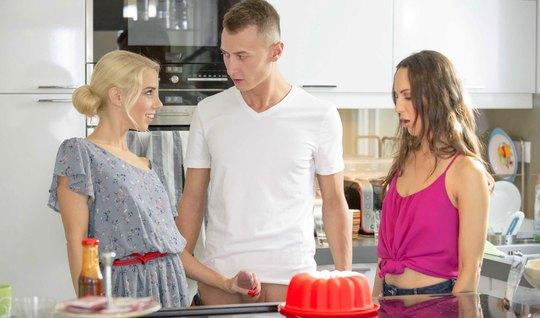 Подружка-блондинка находит любовной парочке занятие в виде г...