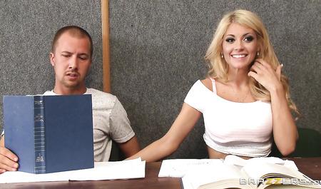 Зачетная блонда занимается сексом с соседом по парте на лекц...